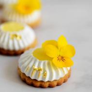 Czy wiecie, że do letnich deserów czy dań możecie dodawać również płatki kwiatów? Sporo kwiatów, które znamy z naszych ogrodów ma jadalne płatki.   Jednymi z takich kwiatów są bratki. Ich żółte, purpurowe i białe płatki mają słodki, delikatnie cierpki smak. Można używać ich jako składnik sałatek czy dekorację wszelkich deserów. 💛 Dotyczy to zarówno wypieków, jak i deserów lodowych stworzonych na potrzebę letniej ochłody.  Wszystko, co potrzebne do wyczarowania najpiękniejszych słodkości, znajdziecie na thecakes.pl! _________________________________________________ #thecakes #dessert #ciasta #wypieki #ciastka #deser #wyciskarkadociastek #pistacje #food #torty #ciastki #cookie #lukier #sugarpaste #gingerbread #słodkości #cakedecorating #diy #cakedecor #memories #sweet