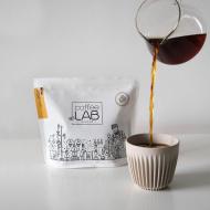 Kto z Was nie wyobraża sobie dnia bez filiżanki/kubka/szklanki kawy? ♥️  100% Arabika polskiej marki @coffeelab_pl to starannie wyselekcjonowana mieszanka ziaren. Ziarna pochodzą od najlepszych dostawców i wypalane są w Warszawie.  Wśród kaw CoffeeLab znajdziecie arabikę z ziaren pochodzących z Hondurasu. Doskonale zbalansowana, sprawdzi się jako espresso, ale także z dodatkiem mleka lub napoju roślinnego! Możecie parzyć ją w ekspresie kolbowym, przelewowym, automatycznym, we french pressie, w kawiarce, czy metodą tradycyjną. W każdej z tych wersji będzie smakowała wyśmienicie! ✨  Wiecie co jeszcze jest świetne w kawach CoffeeLab? Są zapakowane w ekologiczne opakowania! 🌿  To piękne zdjęcie jest autorstwa @werkanadgro! ☕️ _________ @coffeelab #thecakes #coffee #ziarnakawy #arabika #kawka #arabika #honduras #craftowe #coffeetime #flatwhite #doppio