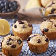 Sezon jagodowy jeszcze trwa, więc korzystając z okazji, mamy dla Was przepis na pyszne i zdrowe babeczki z jagodami! 👌🏻  Te cytrynowo-jagodowe muffinki zawierają odtłuszczoną maślankę, a zamiast cukru do ich słodzenia wykorzystano syrop z agawy! Po przepis zapraszamy na naszego Facebooka! ♥️ _______ #thecakes #berries #recipes #dyi #cupcake #muffins #sweet #healthyfood #wiltoncakes #babeczki #przepis #wilton #jagody #mniam